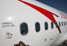 Значок Flynet на входе в самолет Austrian Airlines, который свидетельствует о том, что на борту предоставляется услуга доступа в интернет во время полета