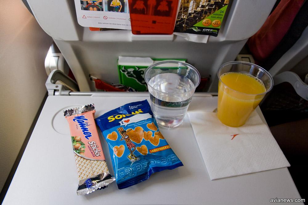 Бесплатное питание Austrian Airlines на рейсах по Европе: бесплатные напитки и снэк. Фото: avianews.com