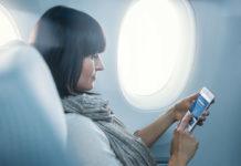 Пассажир использует смартфон во время полета