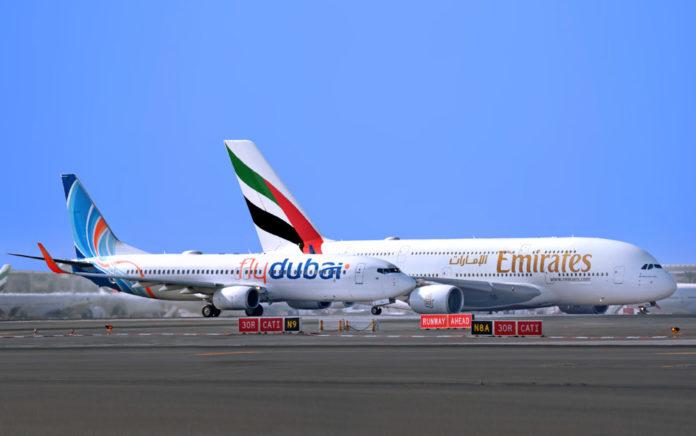 Самолеты flydubai и Emirates в аэропорту Дубая