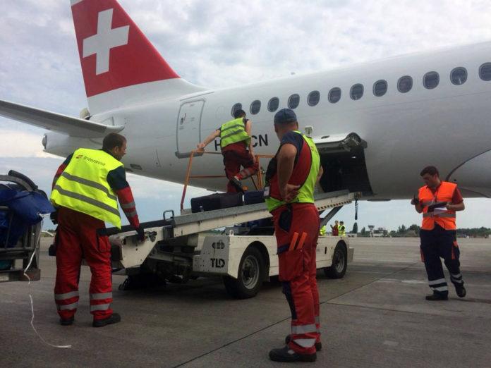 Выгрузка багажа из Bombardier CS300 авиакомпании Swiss в аэропорту Борисполь сотрудниками Interavia