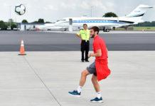 """Тренировка футболистов """"Ливерпуля"""" на перроне в аэропорту Шарлотт"""