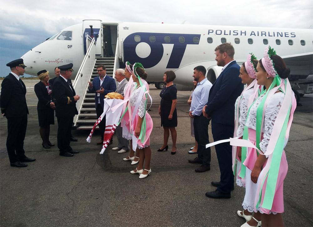 встреча первого рейса Варшава-Запорожье в аэропорту Запорожье. Фото: Запорожхендлинг
