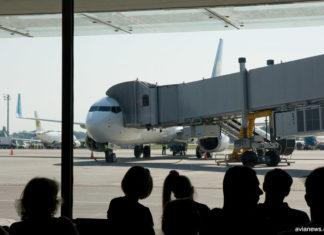 Пассажиры ожидают посадки в самолет в аэропорту. Фото: avianews.com