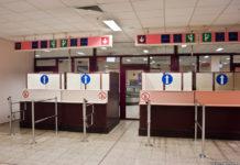 В аэропортах Евросоюза кабинки паспортного контроля разделены для граждан ЕС и для граждан других стран