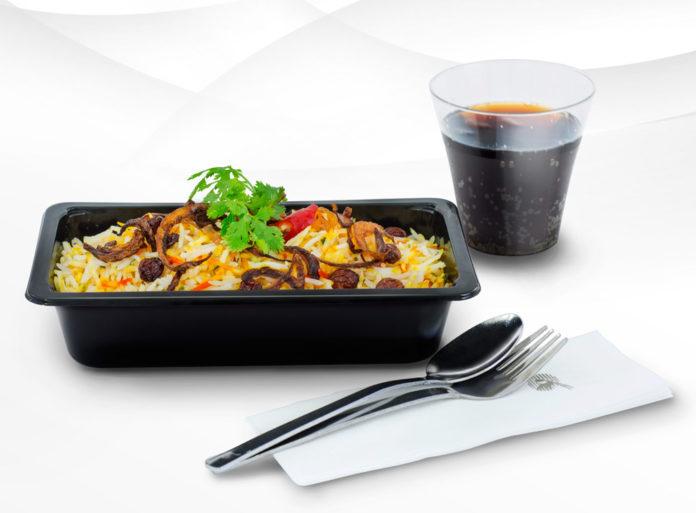 Новая касалетка с горячим питанием в эконом-классе на рейсах Qatar Airways. Фото авиакомпании