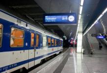 Электричка на железнодорожной станции в аэропорту Вена Швехат