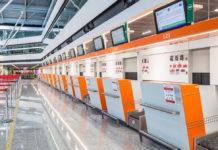 Стойки регистрации в аэропорту Варшавы имени Шопена. Фото аэропорта