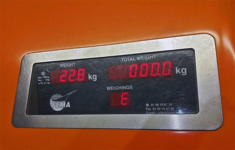 Экран на стойке регистрации, который показывает вес чемодана. Фото: аэропорт Варшавы имени Шопена