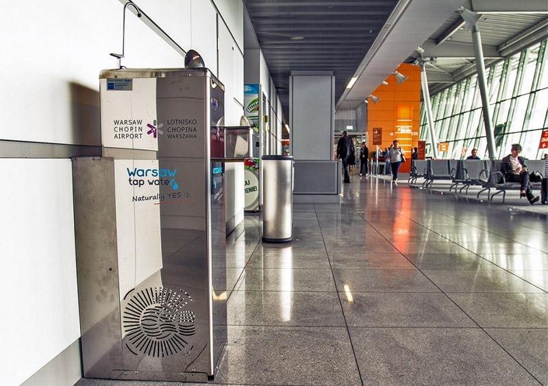 Бесплатный питьевой фонтанчик в зоне вылета в аэропорту Варшавы имени Шопена. Фото аэропорта