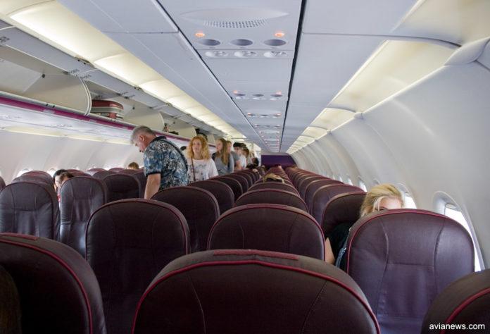 Процесс посадки пассажиров в самолет Wizz Air