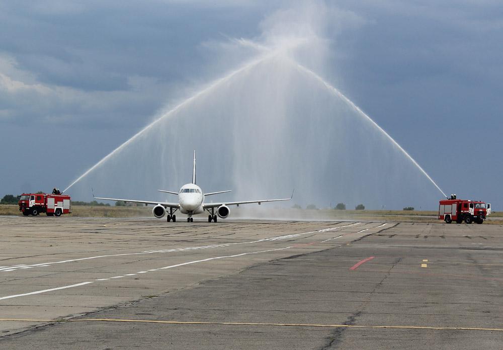 Водный салют в аэропорту Запорожье для первого рейса авиакомпании LOT Варшава-Запорожье