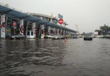 Подтопленная привокзальная площадь перед терминалами в аэропорту Жуляны. Фото: Дмитрий Власов