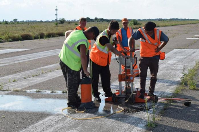 Работники берут пробы асфальта с полосы в аэропорту Черкассы. Фото: Черкасская облгосадминистрация