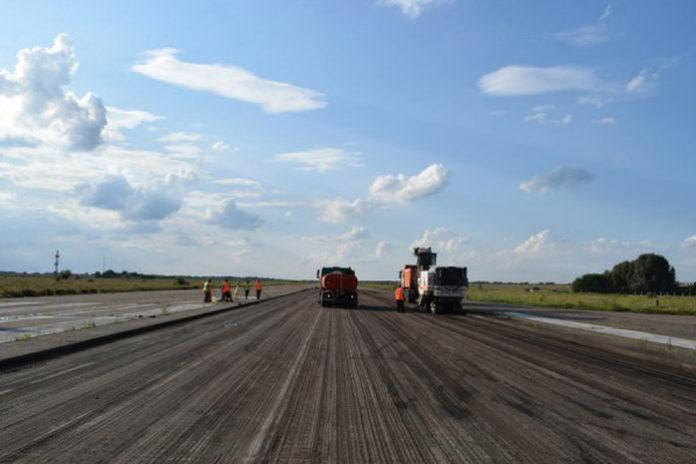 Фрезерование асфальтного покрытия на полосе в аэропорту Черкассы