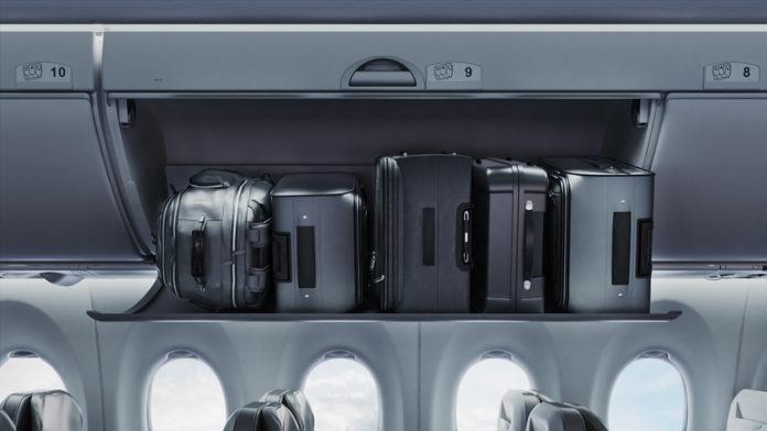 Чемоданы на полке для ручной клади в салоне самолета