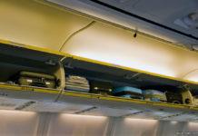 Полки для ручной клади в салоне самолета Ryanair