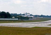 Самолет заходит на посадку в аэропорту Львов