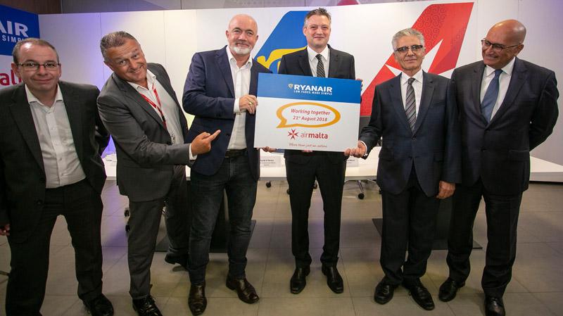 Представители Ryanair и Air Malta после подписания соглашения