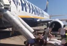 Скрин из видео хаотичной эвакуации пассажиров Ryanair