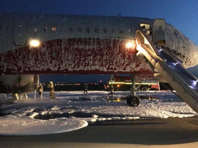 Ту-204 Red Wings после выполнения эвакуации и тушения пожара двигателя