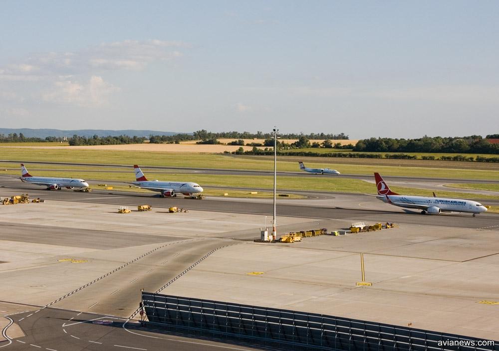 Вид на летное поле в аэропорту Вена с обзорной площадки в терминале 3