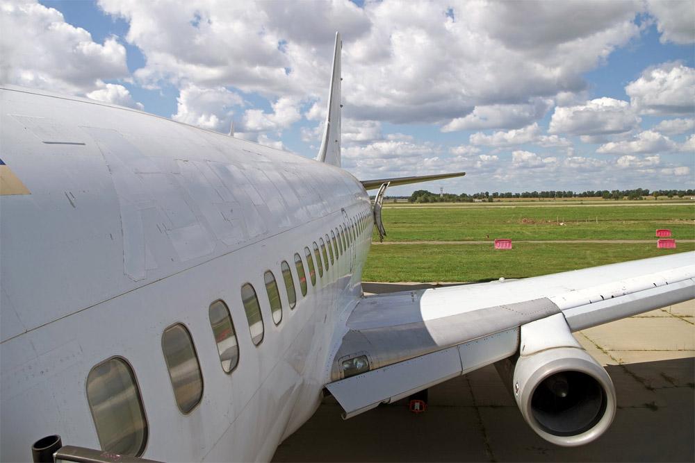 На фюзеляже Boeing 737-200 видно, как лентой закрыто название предыдущего владельца - авиакомпании АэроСвит