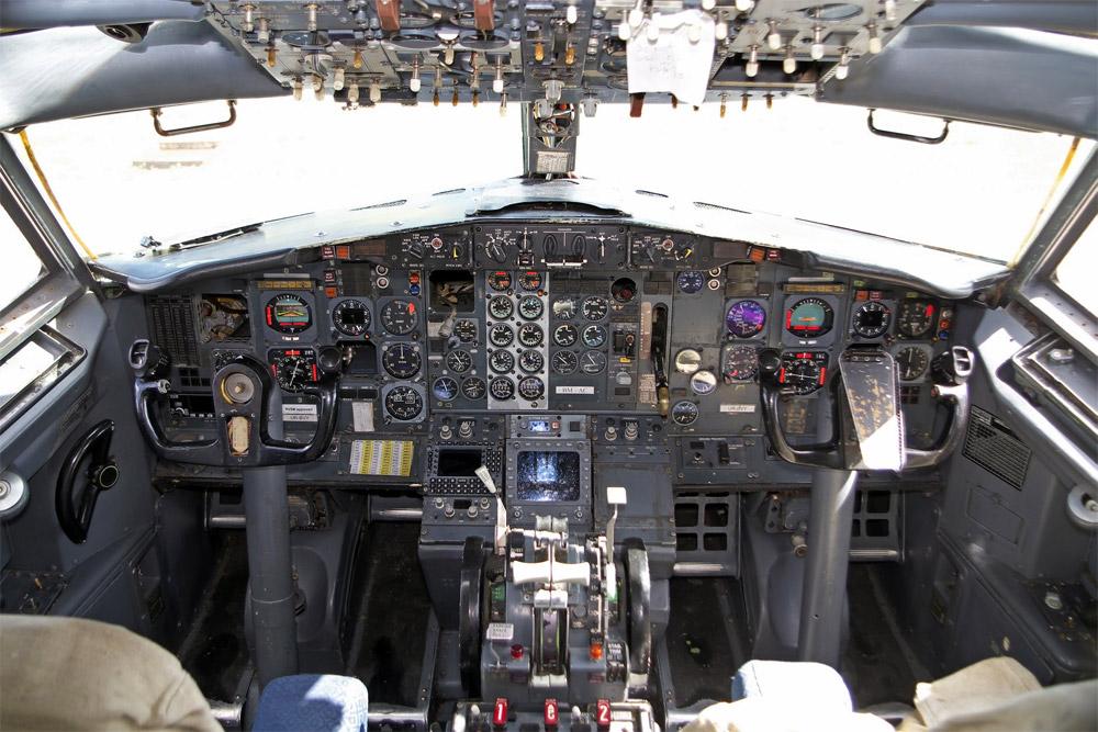 """Кабина пилотов с приборной панелью Boeing 737-200 """"АэроСвита"""", который купил аэропорт Борисполь"""