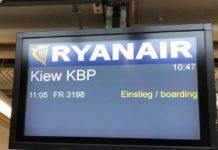 Экран с объявлением о посадке на первый рейс Ryanair в Украину Берлин-Киев