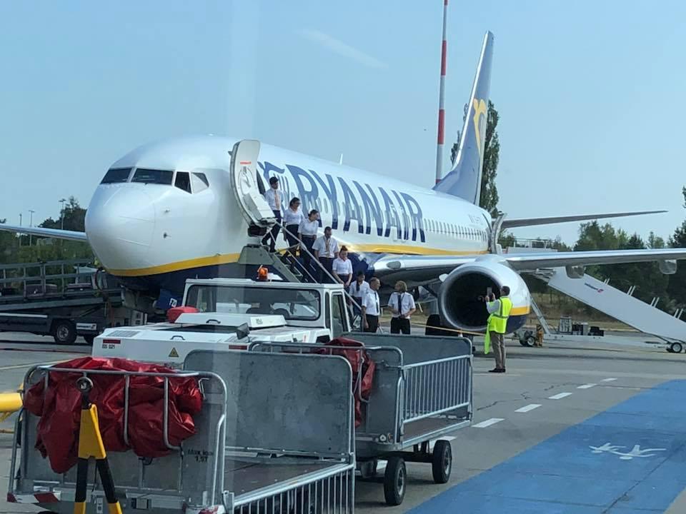 Экипаж первого рейса Ryanair в Украину фотографируется перед вылетом из Берлина