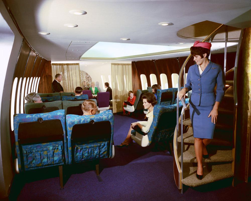 Салон первого класса в Boeing 747 и винтовая лестница, ведущая на верхнюю палубу и кабину пилотов
