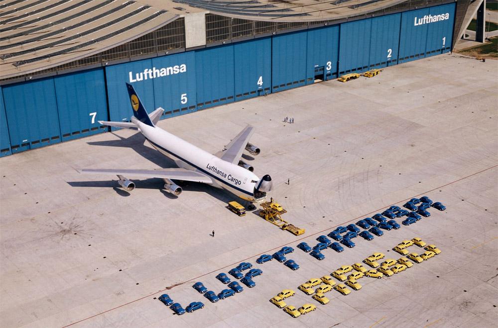 Lufthansa показывает вместительность Boeing 747-230F, который за раз мог перевезти сразу 72 автомобиля VW Beetle