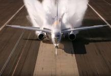 Embraer E195-E2 во время испытания на мокрой полосе