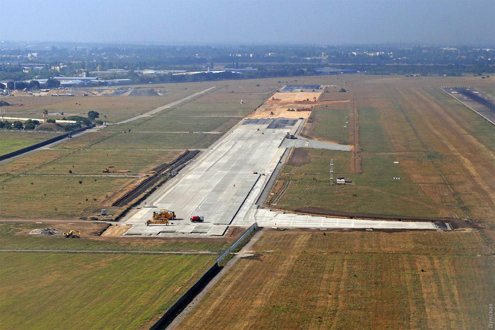 Вид с высоты на новую и старую полосы аэродрома аэропорта Одесса