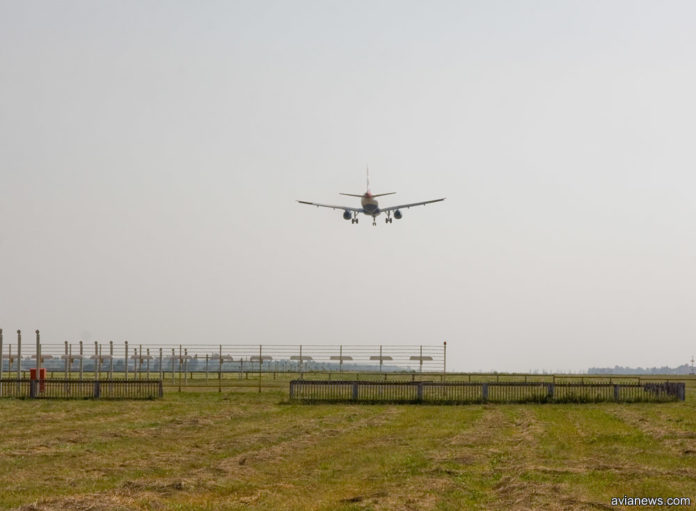 Самолет заходит на посадку в аэропорту