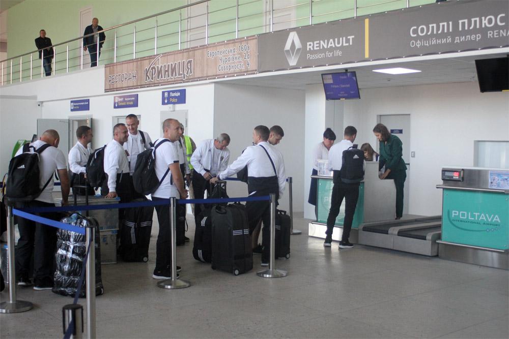 """Футболиста """"Ворсклы"""" проходят регистрацию на рейс Полтава-Лондон"""