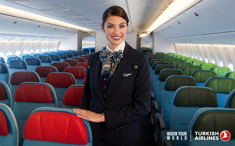 Строгая темно-синяя форма бортпроводников Turkish Airlines