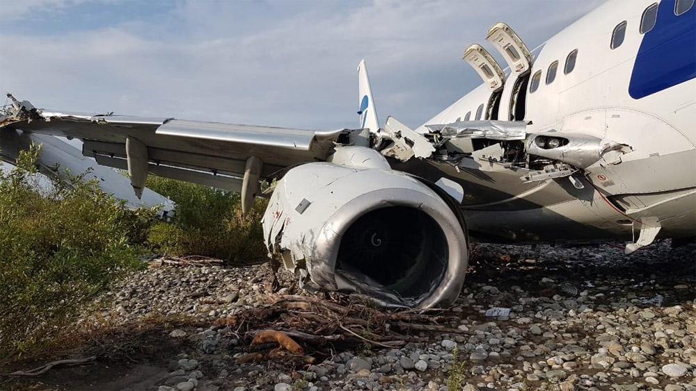 Повреждения Boeing 737-800 Utair VQ-BJI после выкатки с полосы