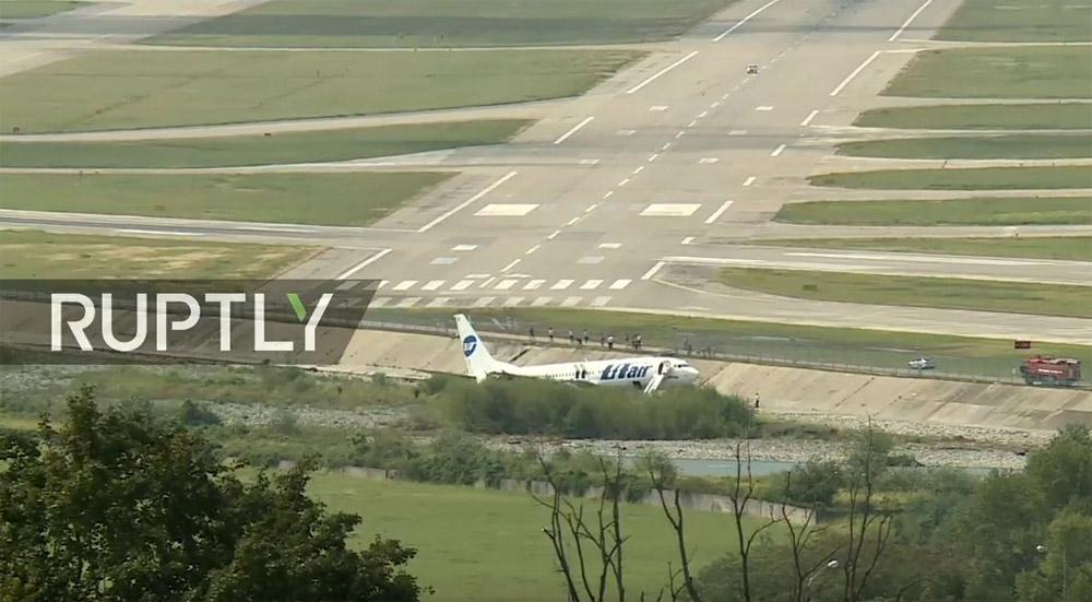 Выкатившийся в русло реки в аэропорту Сочи Boeing 737-800 Utair VQ-BJI пробил ограждение в самом торце полосы
