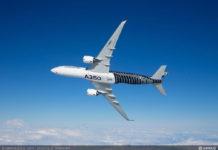 Самолет Airbus A350 в небе
