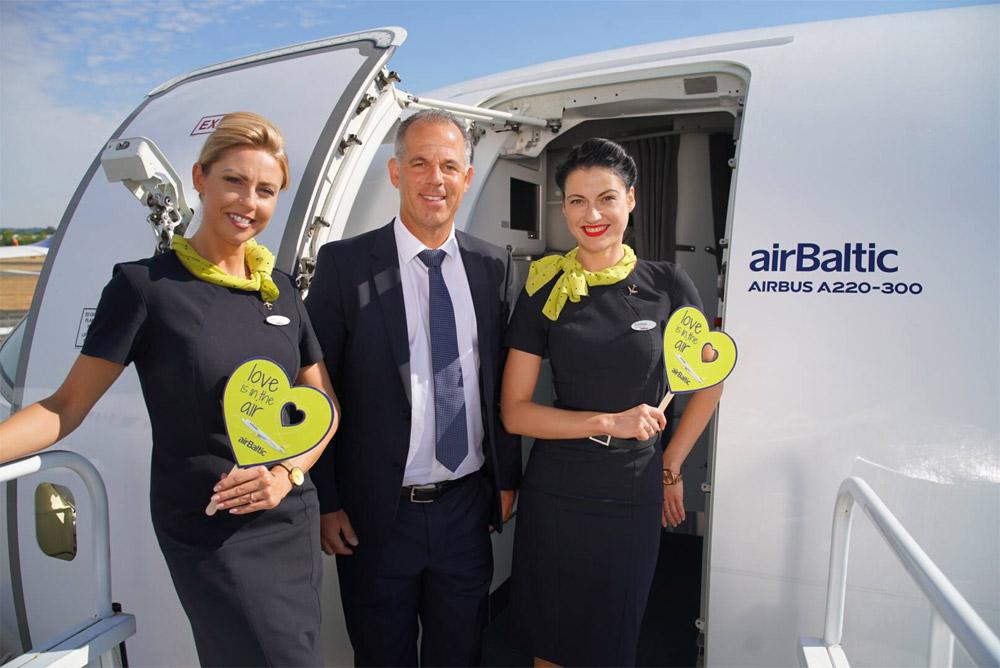Бортпроводники airBaltic в форме, введенной в 2015 году