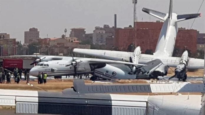 Последствия столкновения двух самолетов Антонов на полосе в аэропорту Хартум