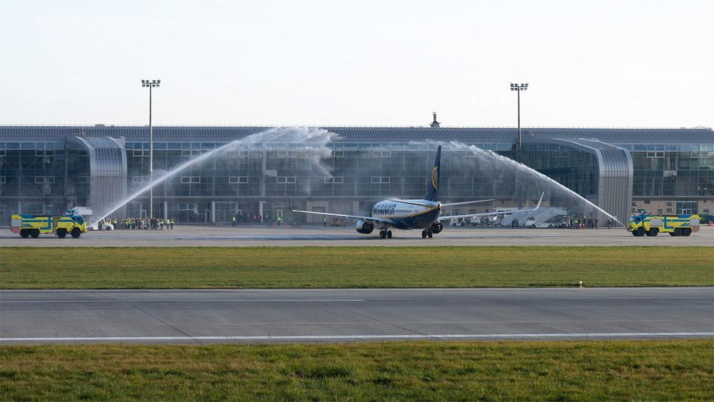 Встреча первого коммерческого рейса Ryanair во Львове водяным салютом. Фото: Юра Танчин