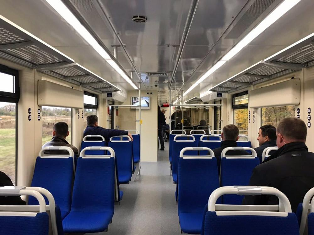 Кресла в салоне рельсового автобуса PESA 620M расположены друг напротив друга по схеме 2+3