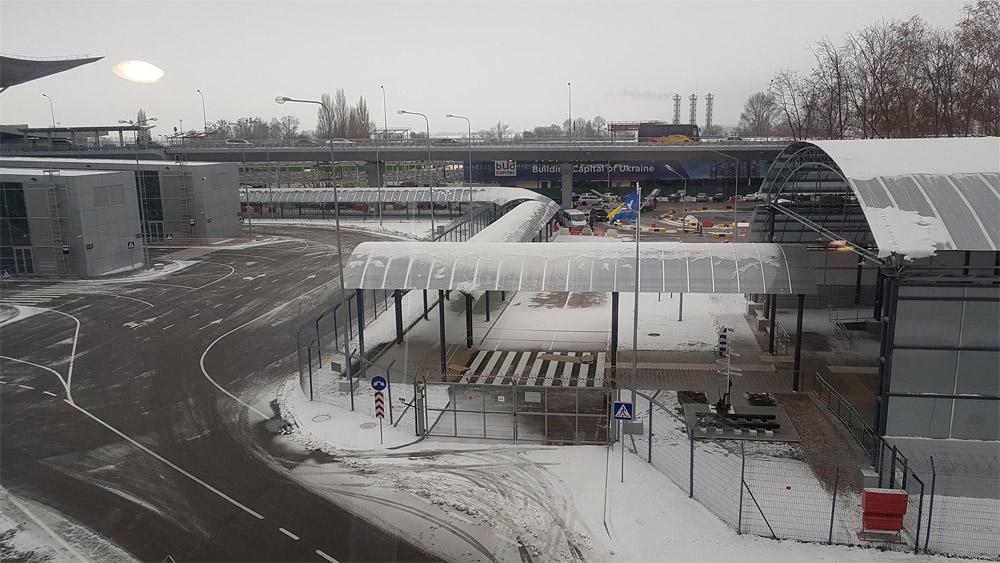 Крытый коридор от железнодорожной станции в сторону терминала в аэропорту Борисполь. Фото: Дима Макагон
