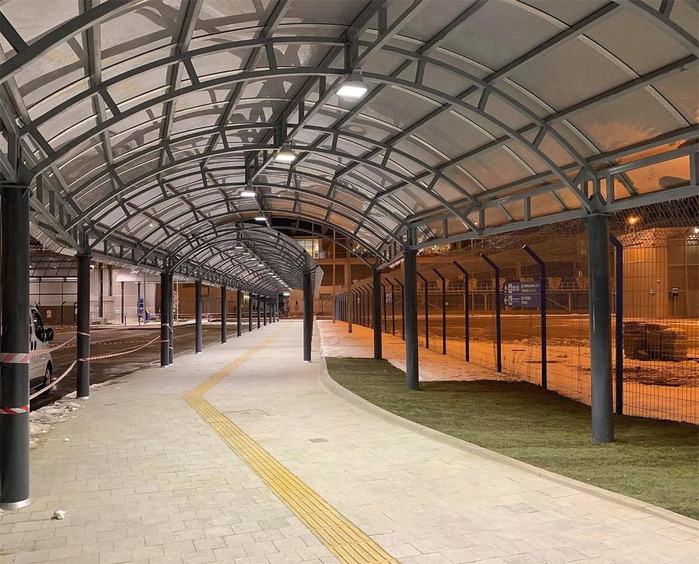 Крытый коридор между железнодорожной станцией в аэропорту Борисполь и терминалом D. Фото: Иван Лях