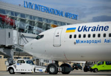 Самолет в аэропорту Львов. Фото: Юра Танчин