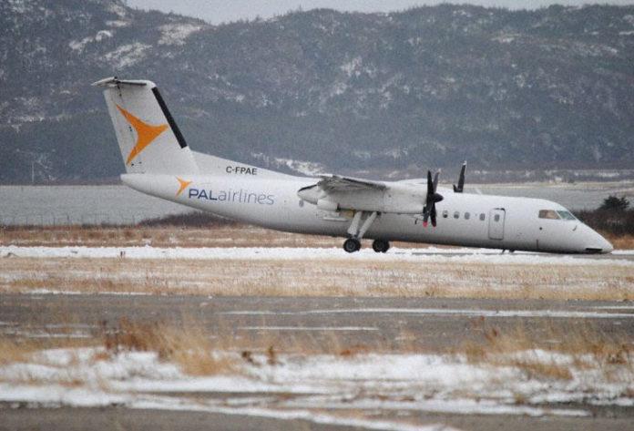 Самолет PAL Airlines, совершивший посадку без носовой стойки шасси. Фото: twitter