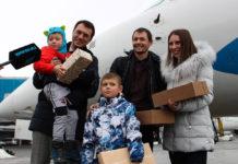 Министр инфраструктуры Владимир Омелян поздравляет 20-миллионного пассажира украинских аэропортов в 2018 году. Фото: Мининфраструктуры