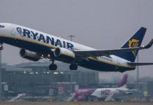 Взлет самолета Ryanair на фоне самолета Wizz Air